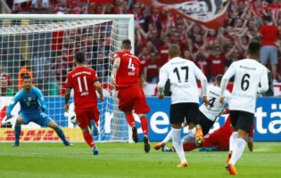 PILNE: Niespodzianka w Berlinie! Eintracht pokonał Bayern