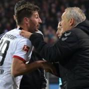 Skandal w Bundeslidze. Kapitan Eintrachtu powalił trenera (WIDEO)