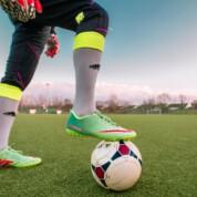 Dlaczego warto kupować buty piłkarskie w sklepie stacjonarnym?